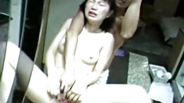 Adolescente abuela caliente se folla al inquilino morena nena pequeña pert tetas coño afeitado apretado