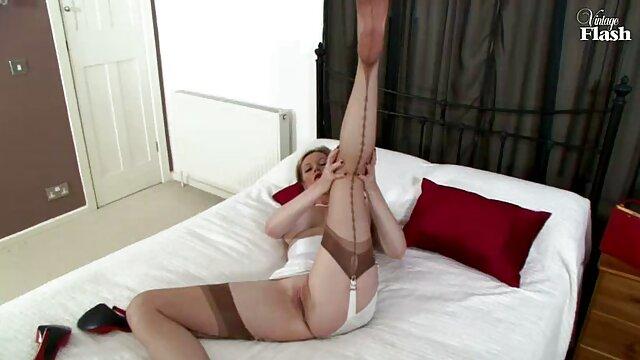 Nena sexy se folla con los dedos después de chupar la polla videos gratis de abuelas calientes de su novio