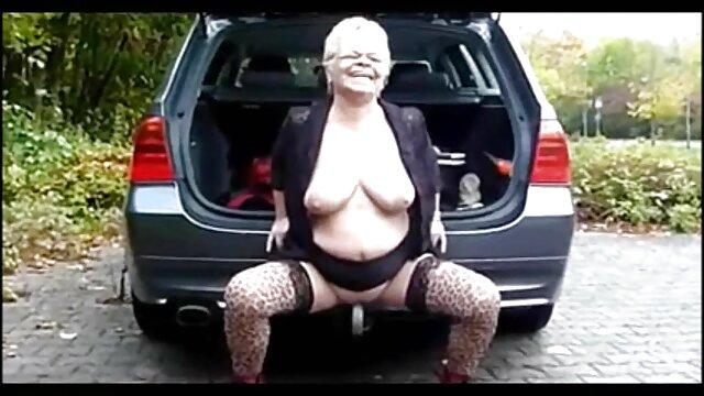 Dildo abuela caliente se folla al inquilino se aplasta en su coño
