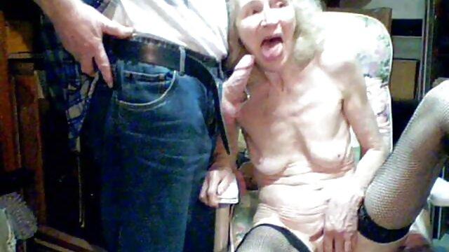 Ducha de ancianas muy calientes compañero de casa