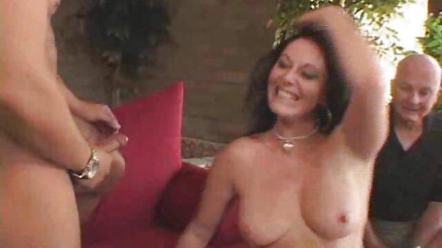 Vecino desnudo en la abuelas calientes chilenas piscina