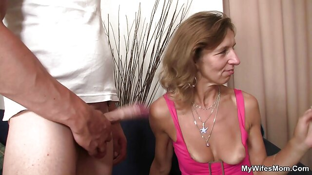 Hermosas modelos de webcam luciendo sexy abuelas calientes con nietos
