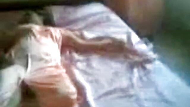 hermosa espía dejada inconsciente por este traje de gato vestido de abuelas bien calientes rubio