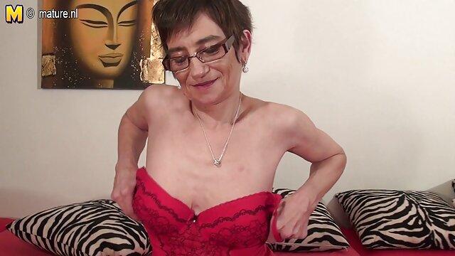 Maestra alemana videos xxx de abuelas calientes MILF seduce a dos jóvenes para follarla